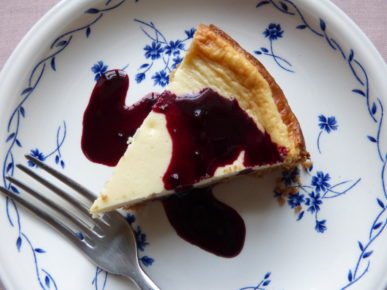 Baked cheesecake with blackberry coulis